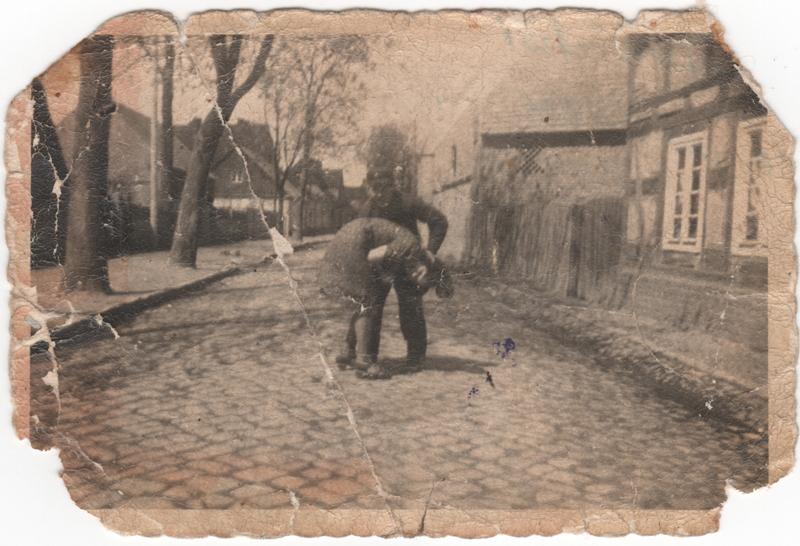 Adolf Heilig mit seiner Schwester Klara vor dem Wohnhaus der Familie in Unruhstadt, 1944