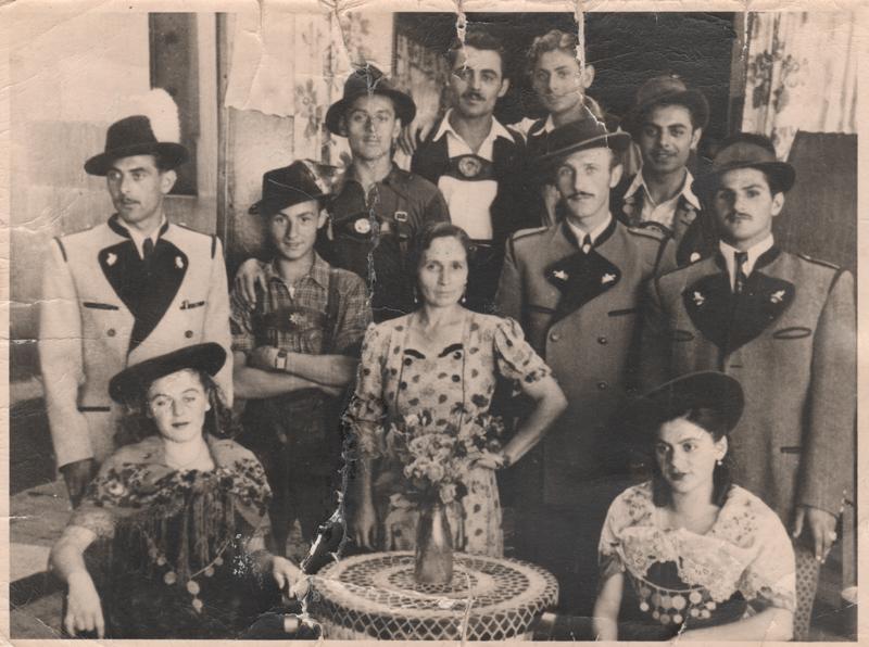 Adolf Heilig (rechts), seine Frau Sonja (vor ihm sitzend) und deren Familienangehörige, Anfang der 1950er Jahre