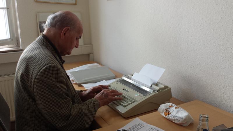 Adolf Heilig an seinem wichtigsten Arbeitsmittel im Heidelberger Büro